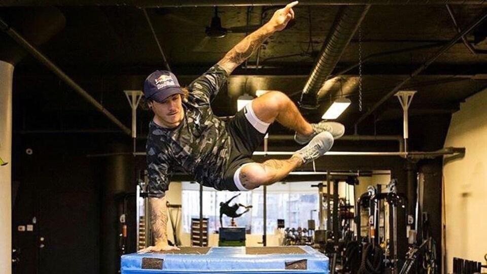 Il saute par dessus des obstacles.