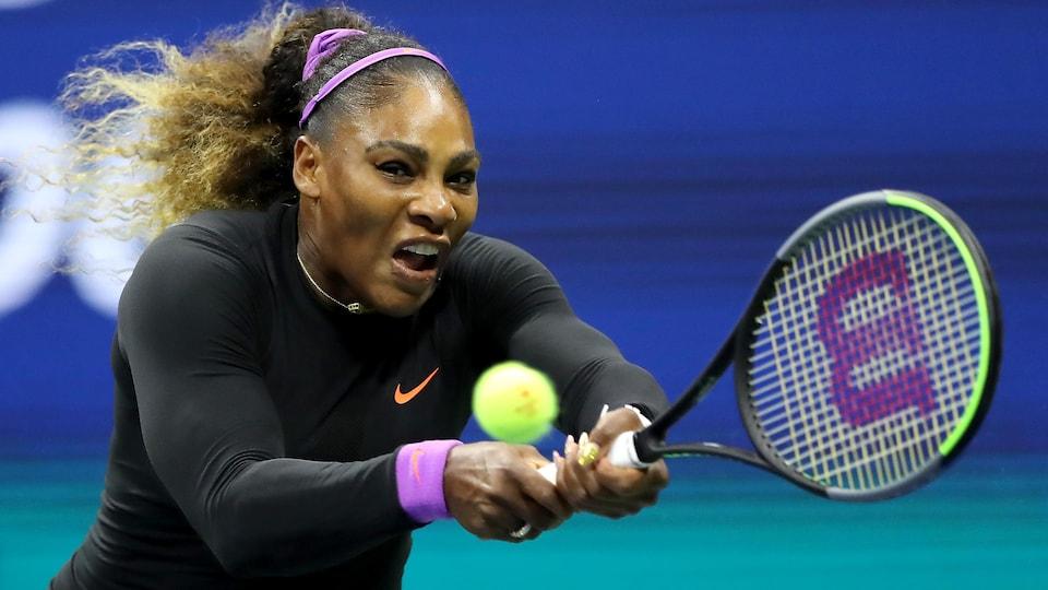 Serena Williams frappe un revers lors de son match de demi-finales aux Internationaux des États-Unis.