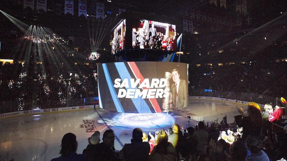 Une image de l'ex-directeur général du Canadien Serge Savard était projetée au centre de la glace du Centre Bell lors des cérémonies qui précédaient le match d'ouverture locale du Canadien de Montréal.