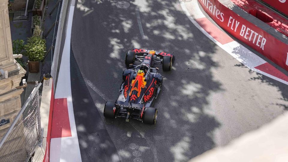 Le bolide Red Bull négocie une courbe sur le circuit urbain du GP d'Azerbaïdjan.