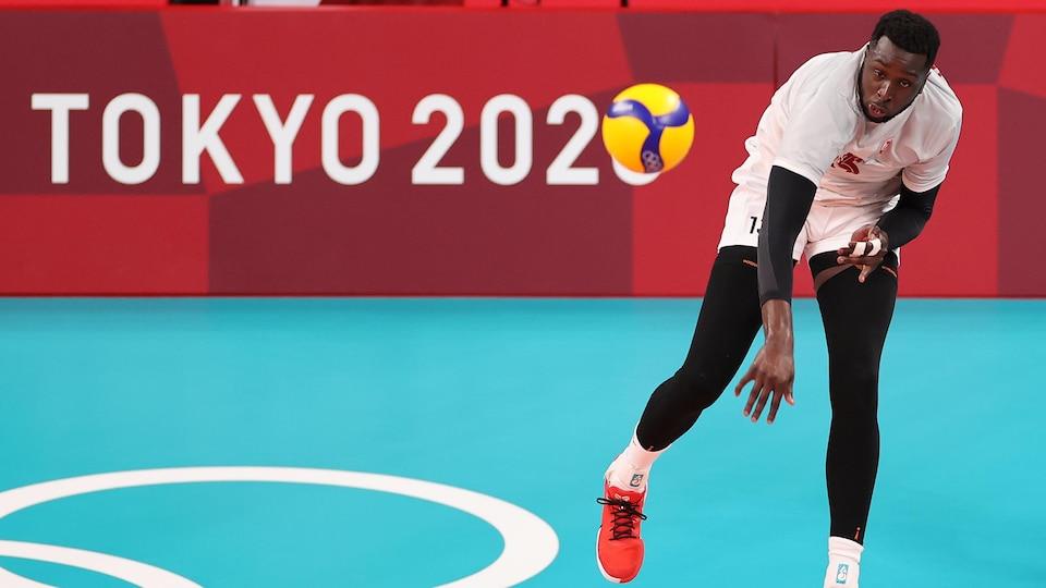 Sharone Vernon-Evans effectue un service aux Jeux de Tokyo.