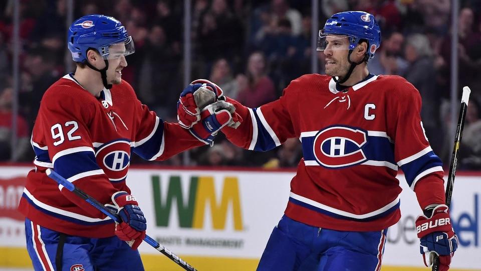 Deux joueurs de hockey célèbrent un but.