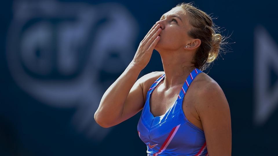 Simona Halep envoie un baiser de la main.