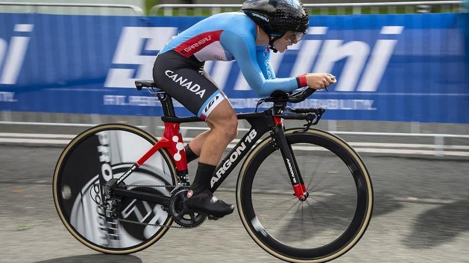 Simone Boilard sur son vélo lors d'une course.