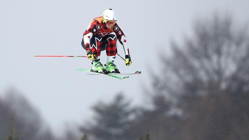 Elle effectue un saut dans les airs pendant sa descente.