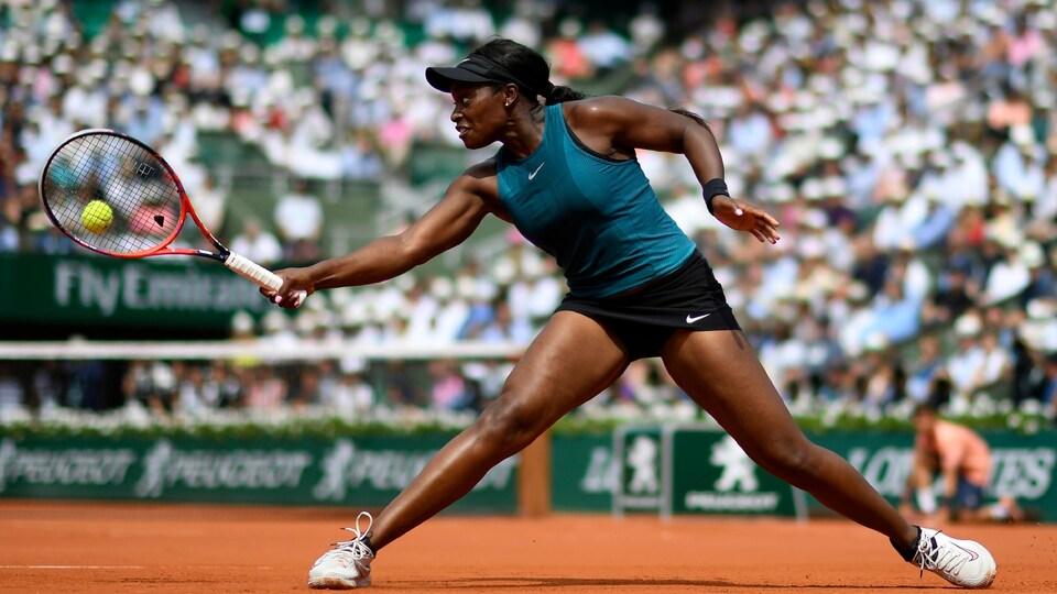Sloane Stephens tente un revers en faisant le grand écart en finale à Roland-Garros.