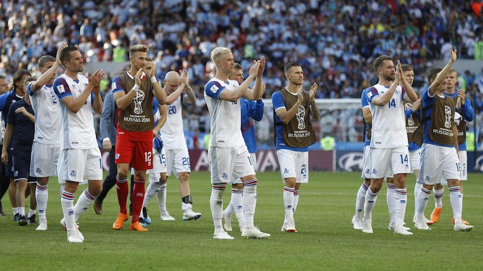 Les joueurs islandais applaudissent leur public après leur match nul de 1-1 contre l'Argentine en Coupe du monde.