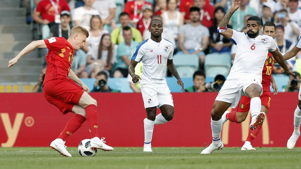 Le Belge maîtrise le ballon devant les Panaméens Armando Cooper (au centre) et Gabriel Gomez au cours du match entre les deux pays à la Coupe du monde de 2018.