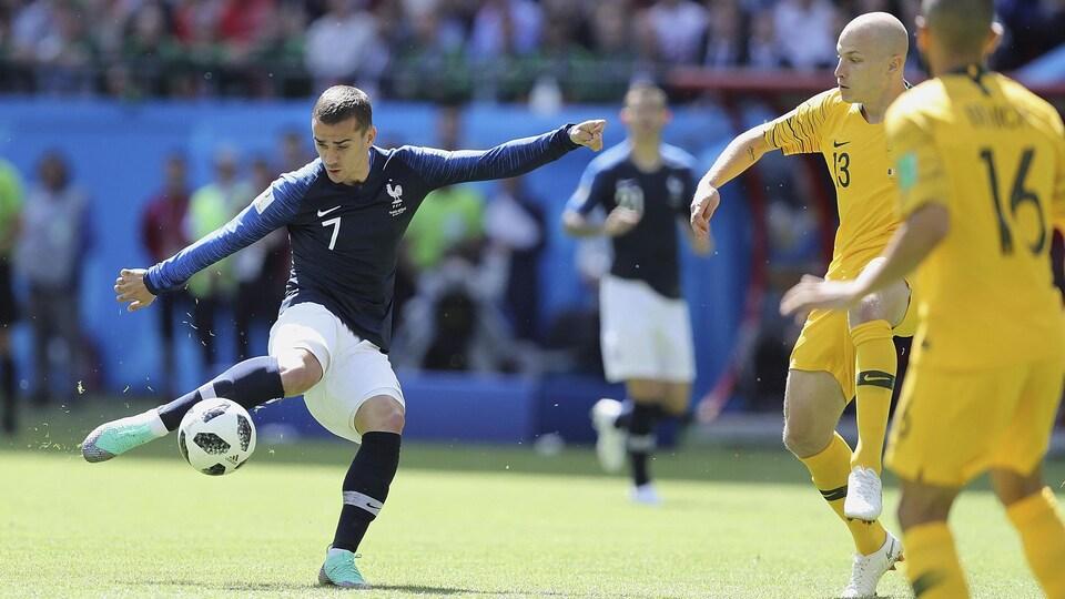 Le Français Antoine Griezmann (à gauche) tente de marquer contre l'Australie.