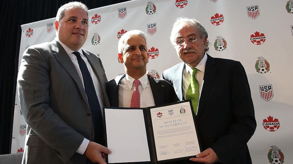 De gauche à droite : le Canadien Victor Montagliani, président de la CONCACAF, Sunil Gulati, président de la Fédération américaine de soccer (USSF), et Decio De Maria, président de la Fédération mexicaine de soccer, présentent la lettre d'intention d'une candidature conjointe.