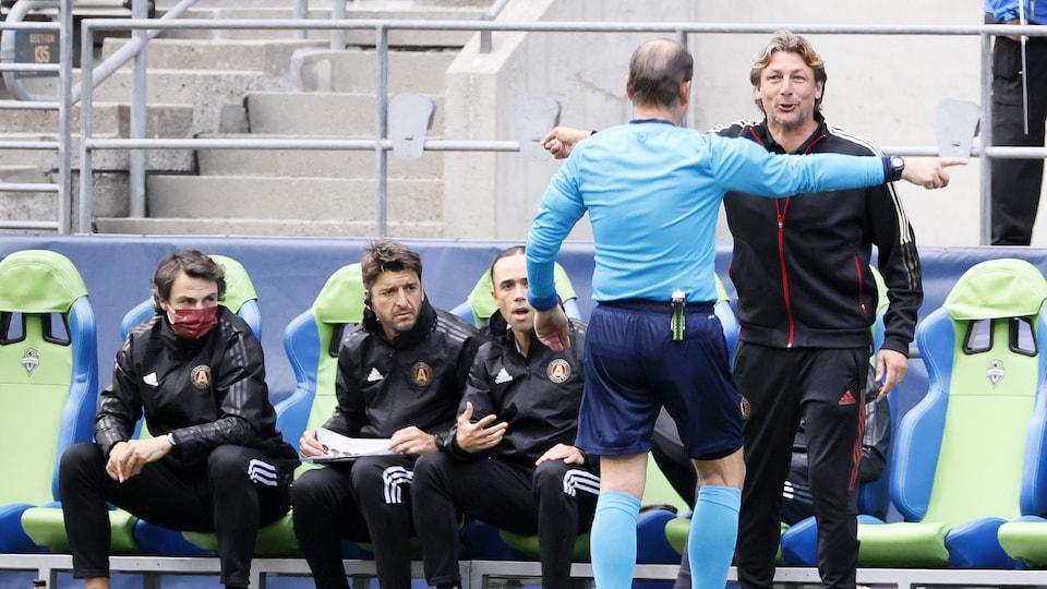 Gabriel Heinze discute avec un arbitre sur le terrain.