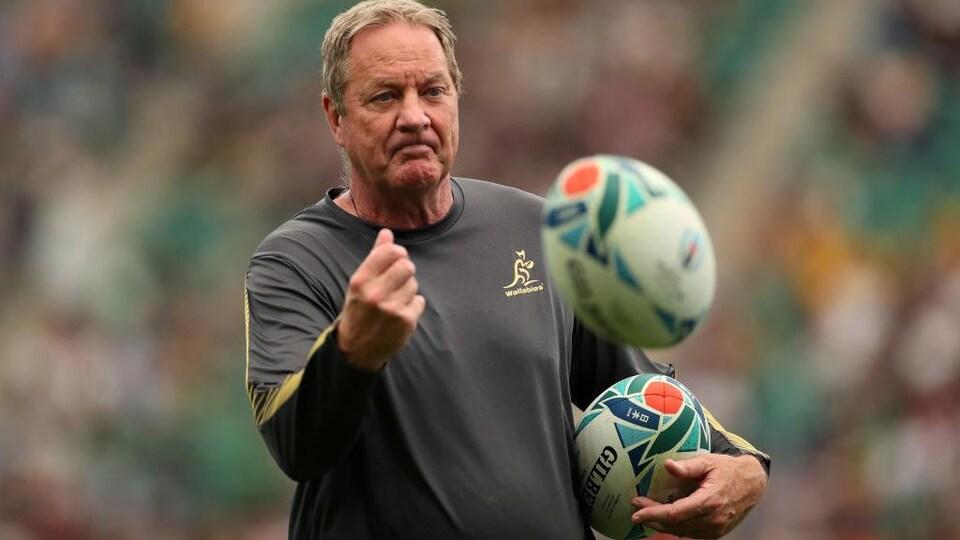 L'homme distribue des ballons avant un match.