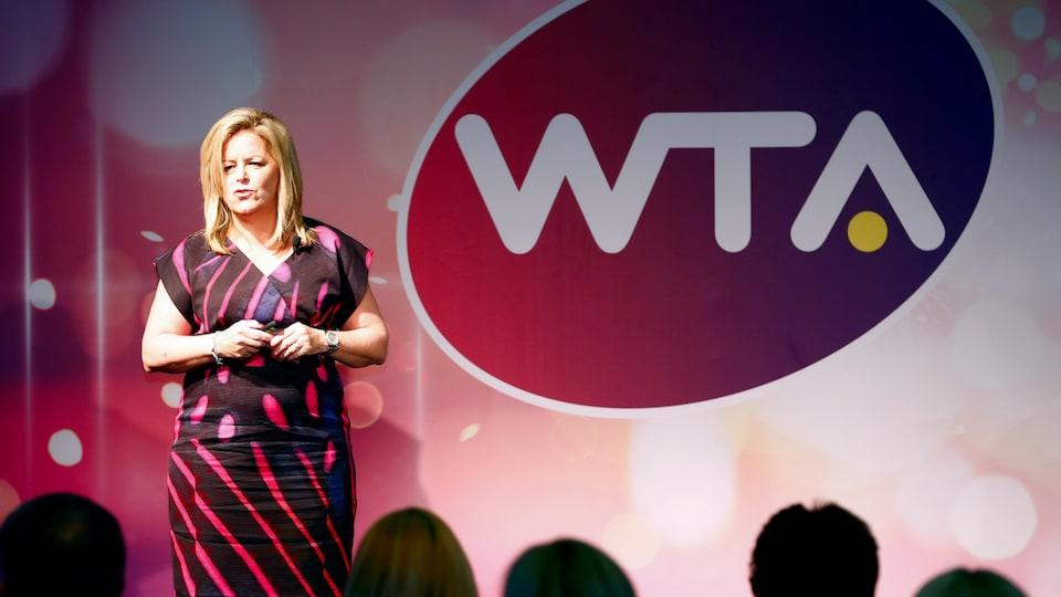 Une femme sur une scène