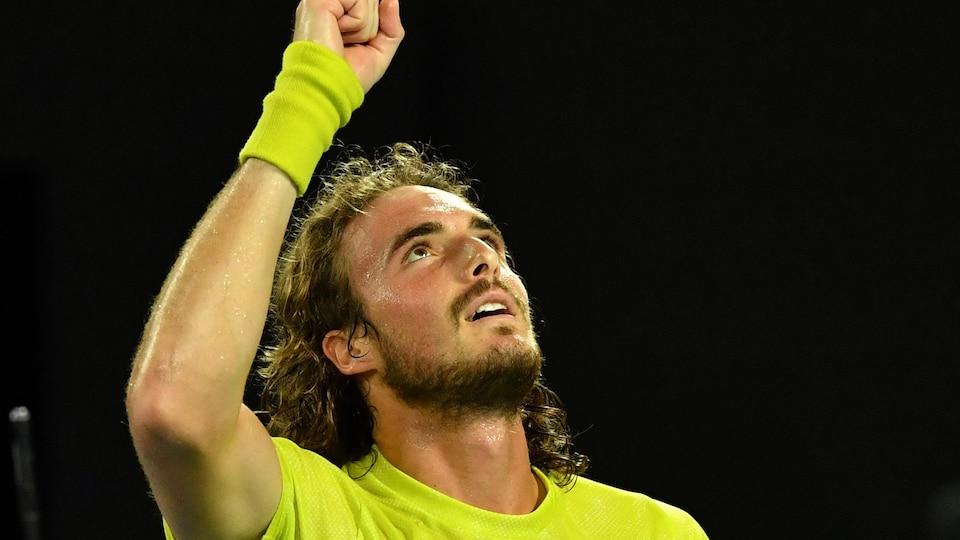 Il lève le poing droit au ciel après avoir vaincu Rafael Nadal.