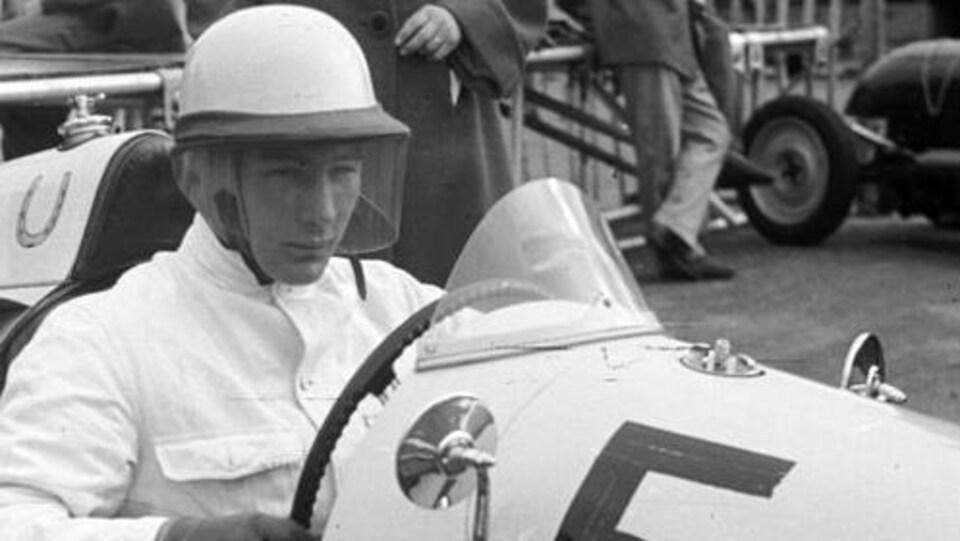 Stirling Moss concentré, au volant de sa monoplace