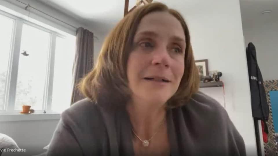 Elle participe à une entrevue en téléconférence.