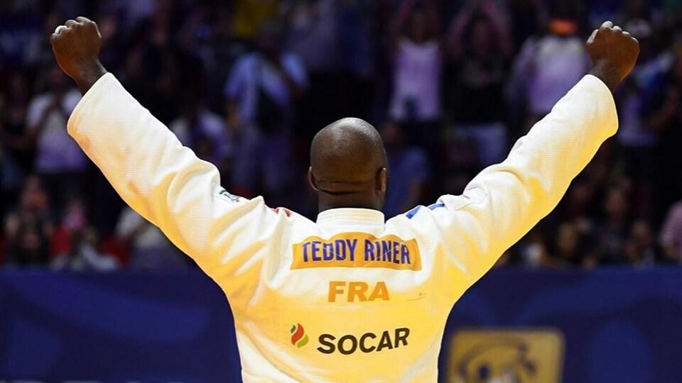 Son nom est inscrit couleur or sur son judogi, privilège offert aux champions olympiques en titre.