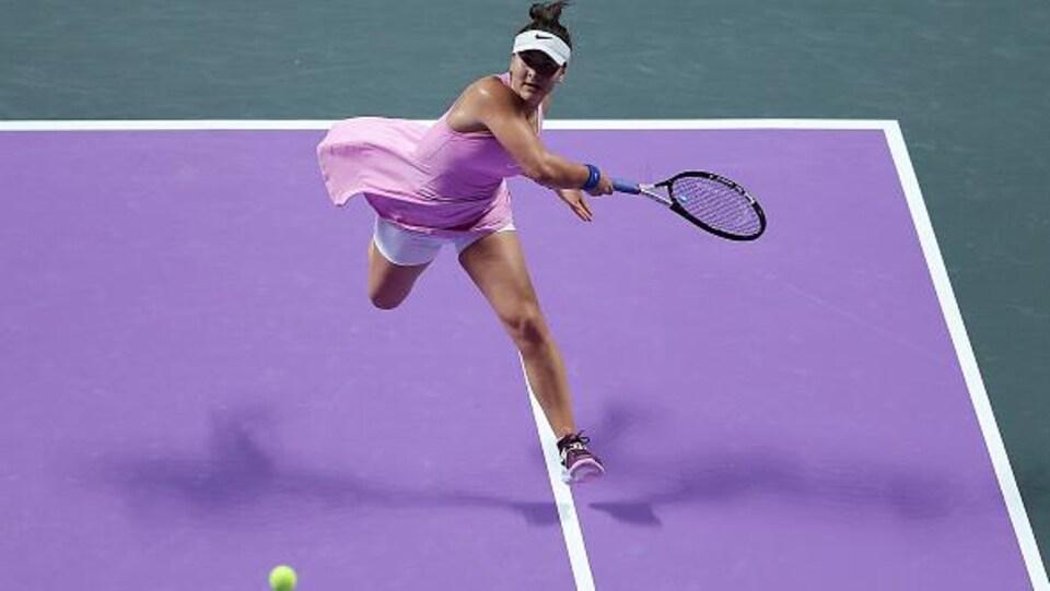 Bianca Andreescu monte au filet pour un solide coup droit