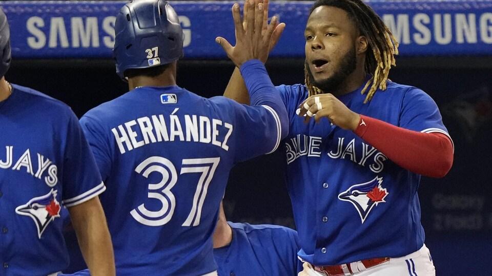 Les deux joueurs se frappent dans la main.