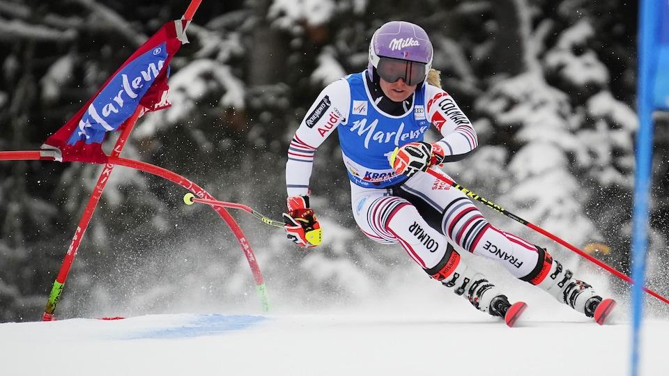 Elle passe entre deux portes dans un slalom géant.