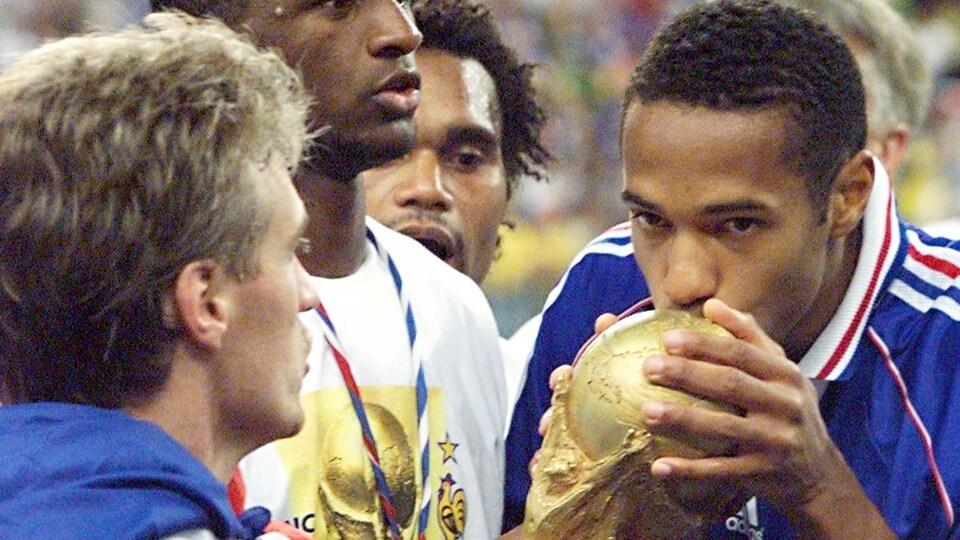 Un joueur embrasse le trophée de la Coupe du monde.