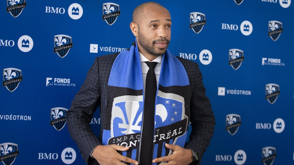 Il porte fièrement le foulard aux couleurs de l'Impact.
