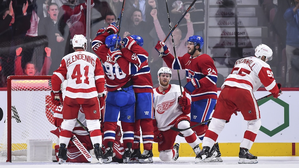 Le trio composé de Tomas Tatar, Brendan Gallagher et Phillip Danault célèbre un but contre les Red Wings.