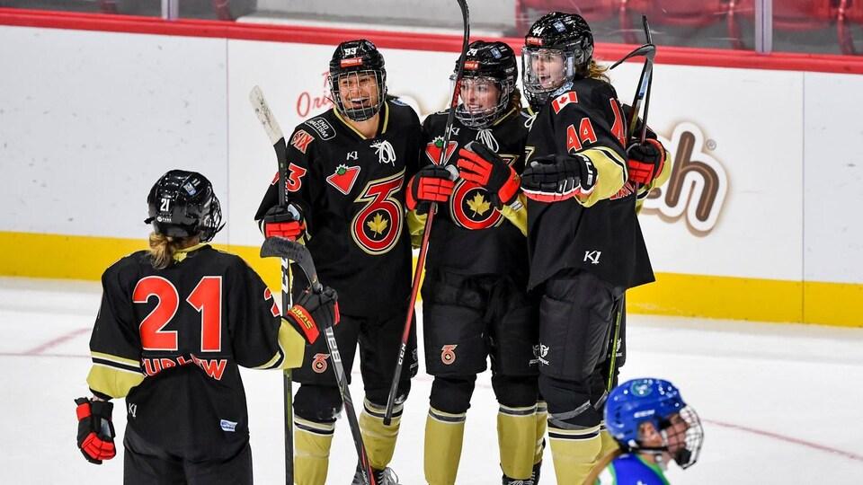 Des joueuses du Six de Toronto se félicitent après avoir inscrit un but lors d'un match.