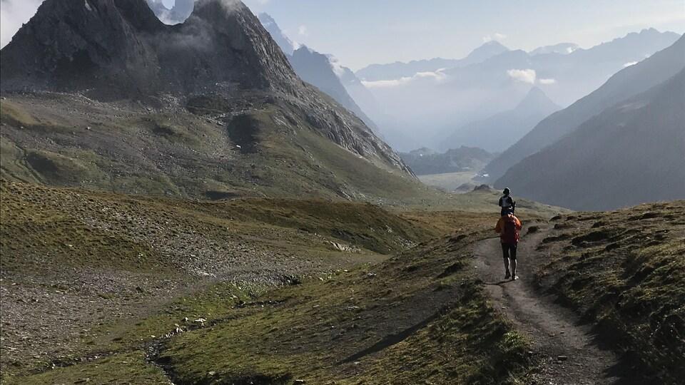 Des coureurs s'entraînent dans les montagnes en Italie.