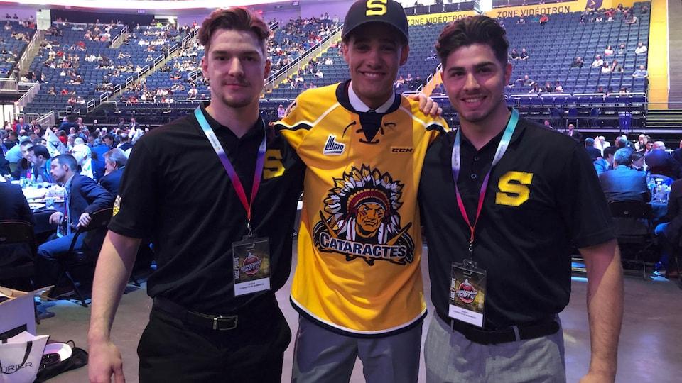 Un joueur de hockey portant le chandail des Cataractes pose pour la caméra.
