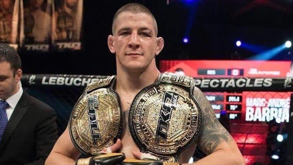 Le combattant d'arts martiaux mixtes Marc-André Barriault montre ses deux ceintures de champion de l'organisation TKO