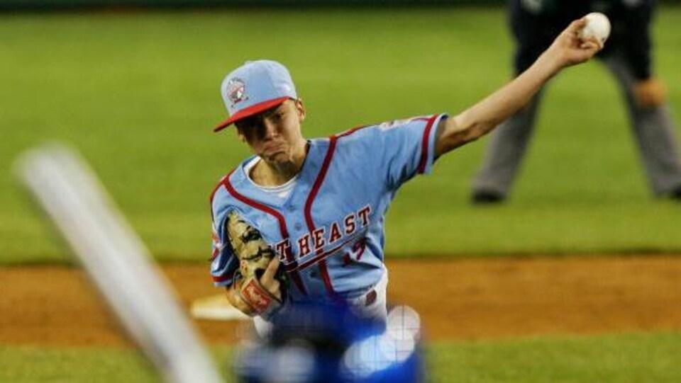 Un jeune lanceur de baseball