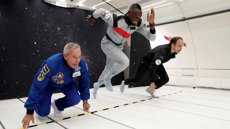 Usain Bolt participe à une course en apesanteur avec l'astronaute Jean-François Clervoy et le designer Octave de Gaulle en apesanteur.