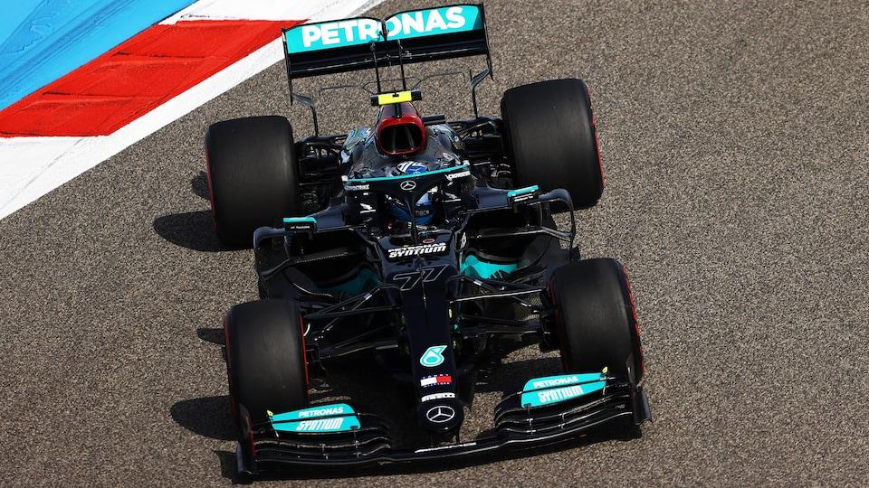 Valtteri Bottas tourne à gauche dans sa Mercedes-Benz noire sur le circuit de Bahreïn.