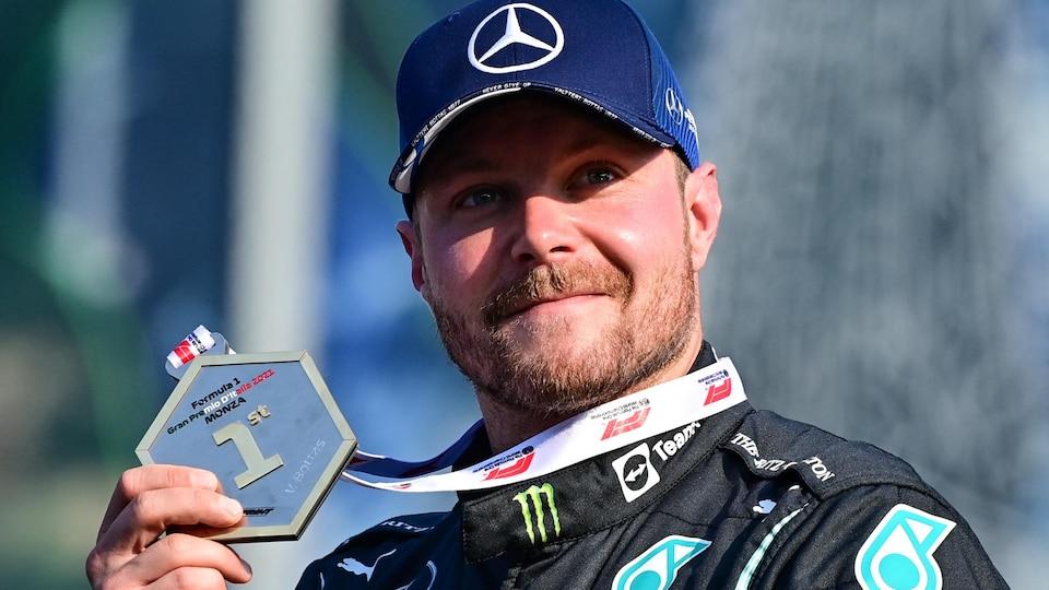 Valtteri Bottas tient fièrement de sa main droite sa médaille de vainqueur de la course sprint à Monza.