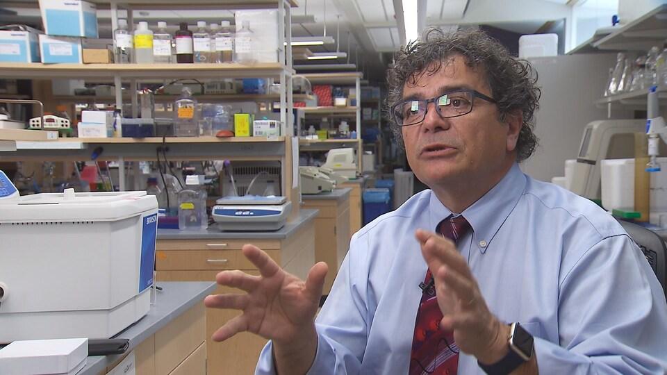 Vasilis Vasiliou est interrogé dans son laboratoire.