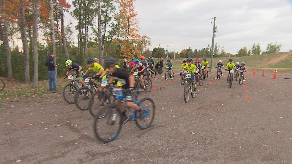 Jeunes à vélo, au départ d'une course.