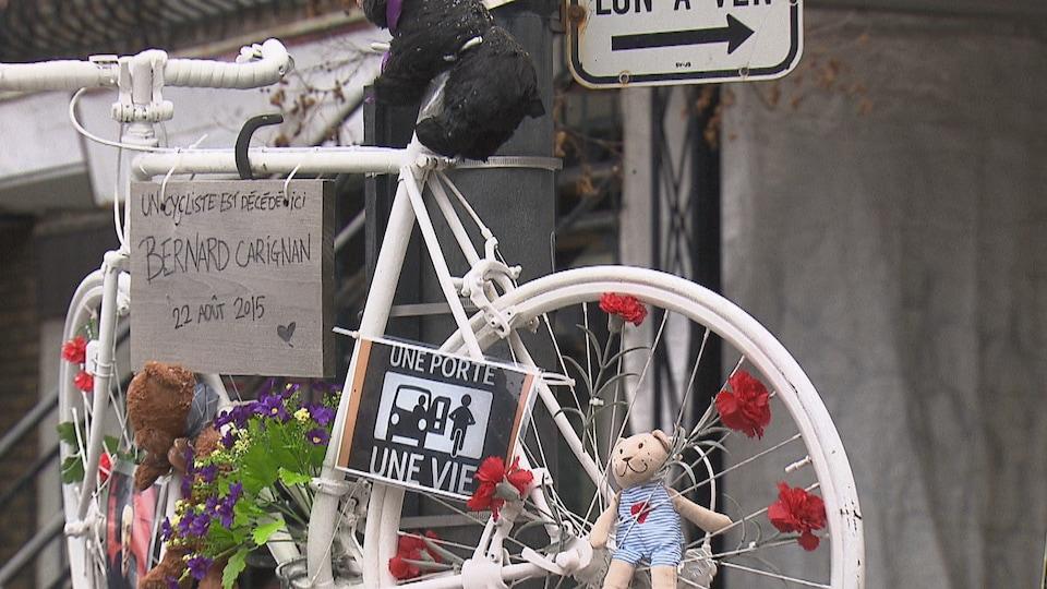 Un vélo accroché à un poteau à la mémoire d'un cycliste qui a été tué sur la route.
