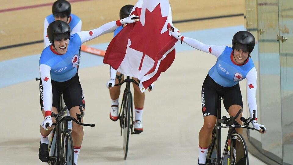 Elles montrent le drapeau unifolié en roulant sur leur vélo.