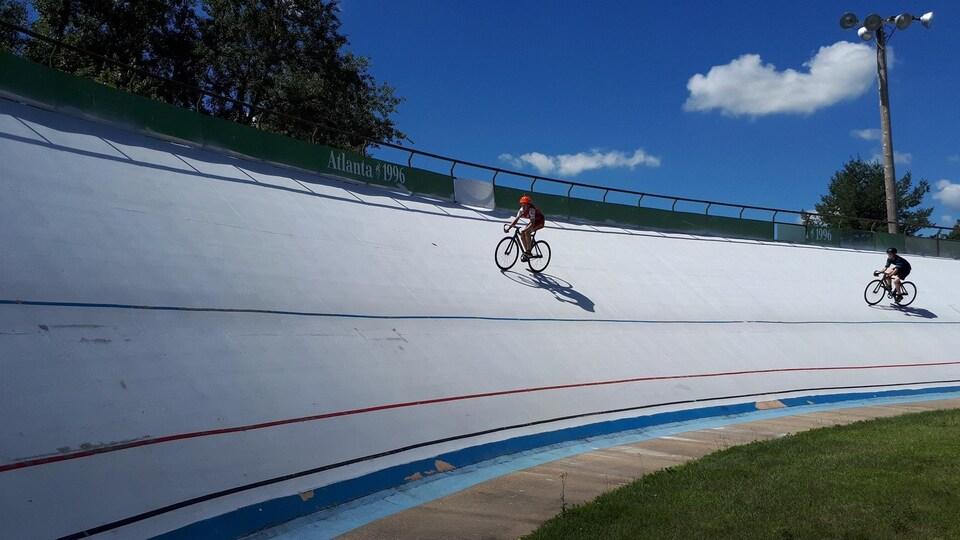 Des cyclistes s'entraînent sur la piste du Centre national de cyclisme de Bromont.