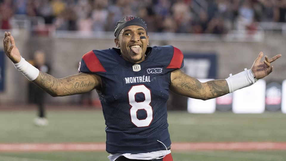 Il célèbre une victoire contre Winnipeg avec les bras en l'air devant les spectateurs.