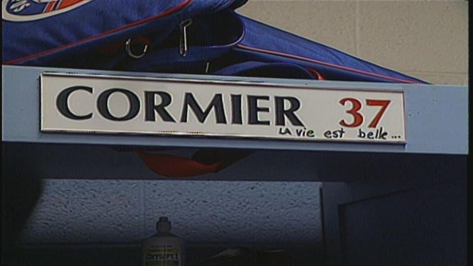 Planque avec inscription « Cormier 37 » et une phrase écrite à la main : « La vie est belle ».