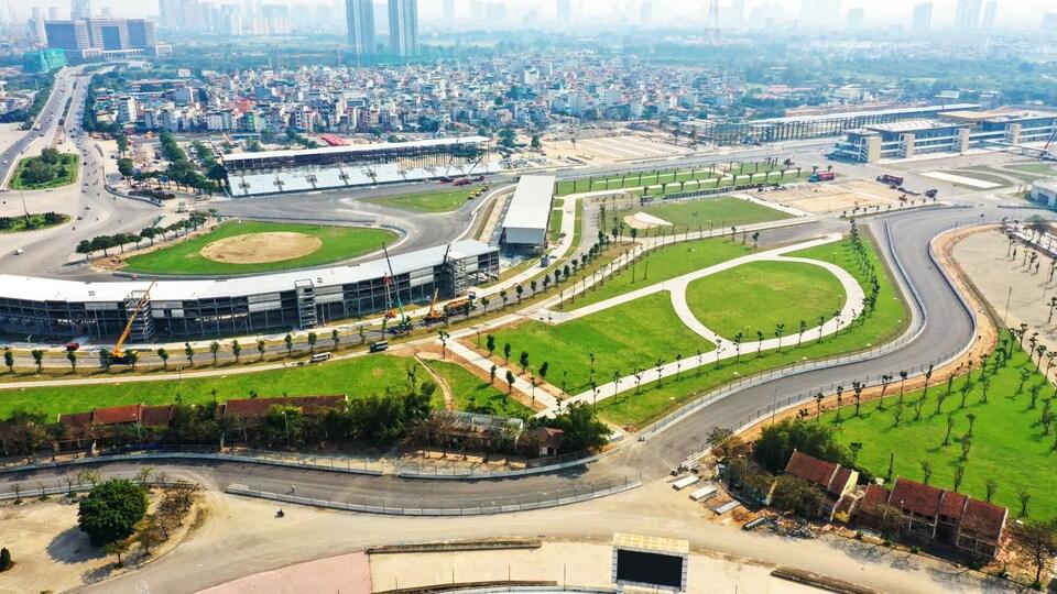 Vue générale du circuit du Grand Prix du Vietnam de F1 et de ses installations avec la ville de Hanoï en arrière-plan
