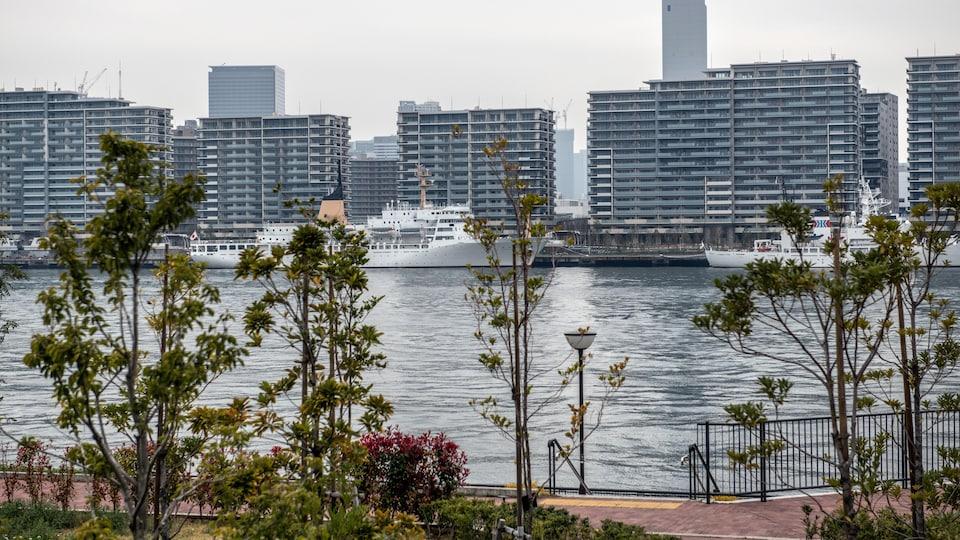 Photo générale des immeubles avec des bateaux amarrés