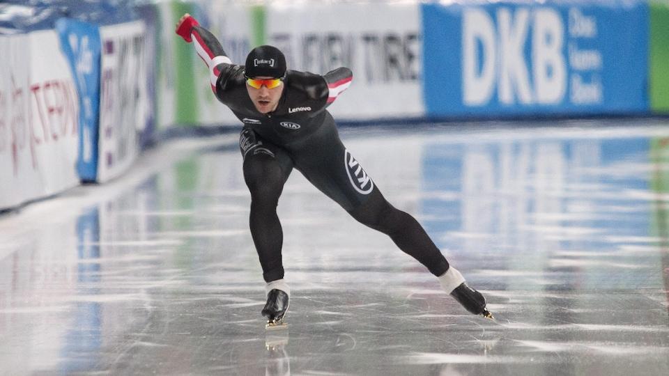 Vincent De Haître s'élance sur l'anneau de glace.