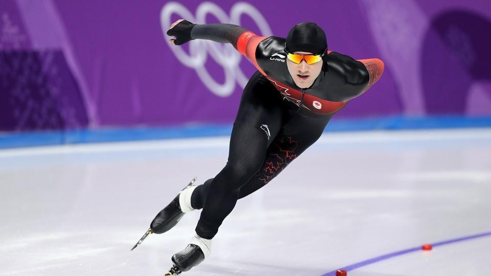 Le patineur entame un virage