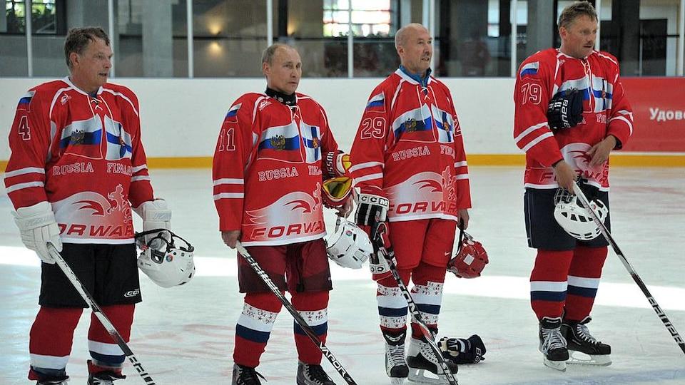 Poutine porte un chandail de hockey à l'effigie de la Russie et de la Finlande pendant une rencontre.