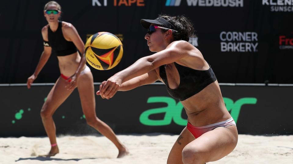 Melissa Humana-Paredes reçoit le ballon en manchette, sous le regard attentif de sa coéquipière.