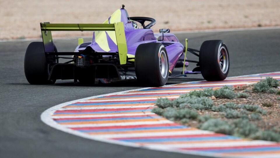 Une monoplace F3 de la W Series lors du camp de sélection au circuit d'Almeria, en Espagne.