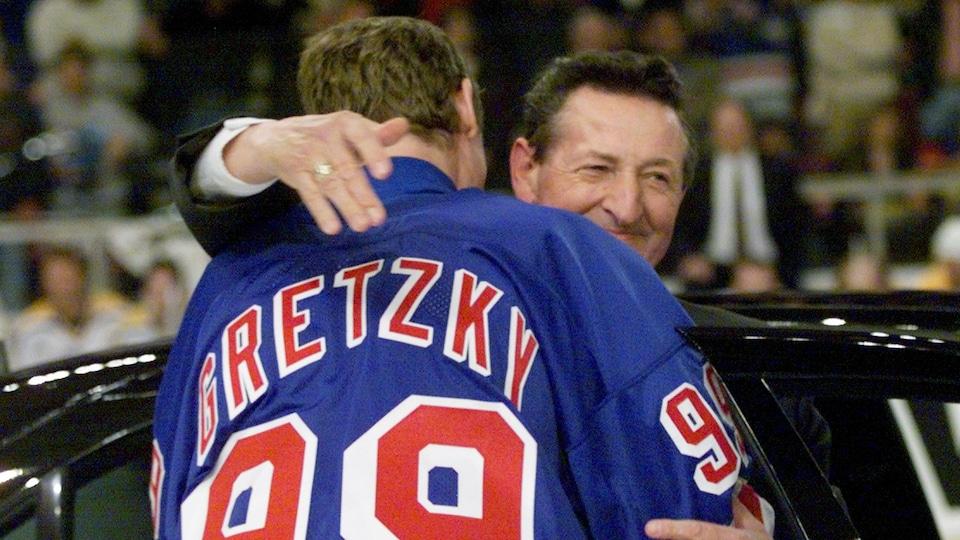 Les deux hommes se prennent dans leurs bras.